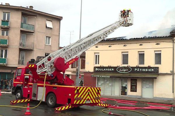 Les flammes ont gagné jusqu'au toit du bâtiment.