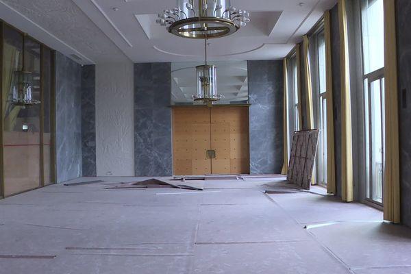 Des lustres de l'architecte décorateur Jacques Adnet ornent les salons d'apparat