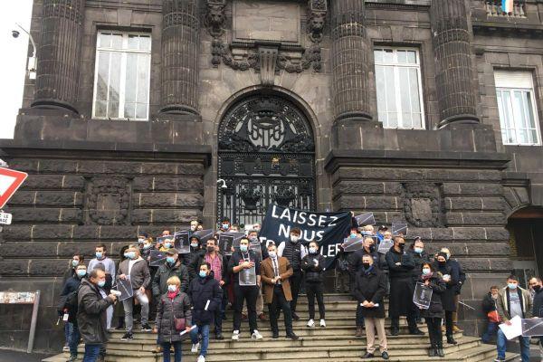 Vendredi 16 octobre, à l'appel de l'UMIH, une quarantaine de professionnels de l'hôtellerie et de la restauration se sont donné rendez-vous devant la préfecture du Puy-de-Dôme à Clermont-Ferrand.