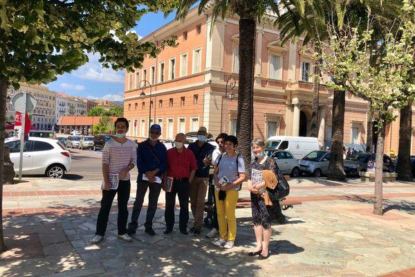 Le groupe des sept militants et sympathisants d'Ecologia Sulidaria devant la mairie d'Ajaccio. À droite, la tête de liste Agnès Simonpietri.