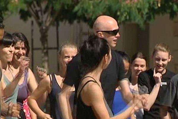 Montpellier - Wayne McGregor donne un cours de danse dans la rue - 30 juin 2014.