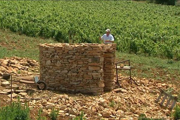Depuis quelques mois, Jean Daux, vigneron à la retraite de 71 ans, reconstruit une cadole bicentenaire , ces anciennes cabanes qui servaient d'abris aux vignerons.