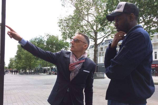 Abd Al Malik et Bertrand Guillet, dans le quartier Bouffay à Nantes, le jour de la commémoration des 170 ans de l'esclavage.