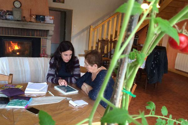 À domicile, Hélène Fayolles apprend les bases de l'informatique grâce à Géraldine.