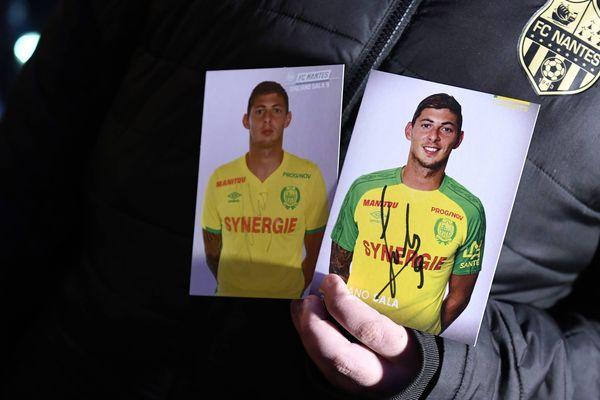 Plusieurs centaines de supporters du FC Nantes ont rendu hommage à Emiliano Sala, place Royale, à Nantes, mardi 22 janvier 2019.