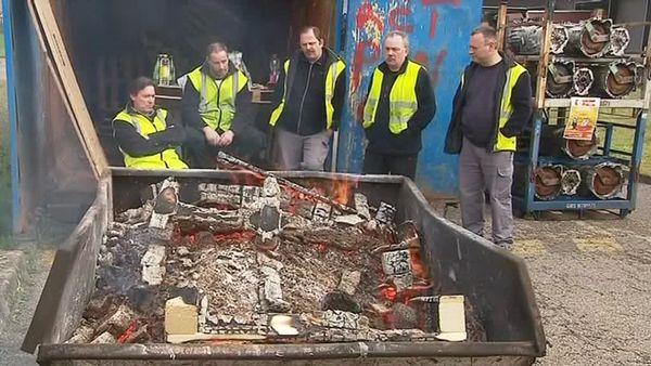 En grève, les salariés de Punch occupent le parking de l'usine wischoise et bloquent son accès.