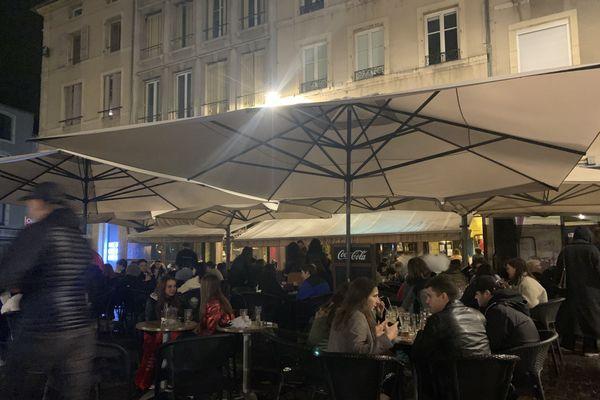 Place Saint-Epvre à Nancy, hier soir les terrasses des bars étaient remplies malgré la pluie