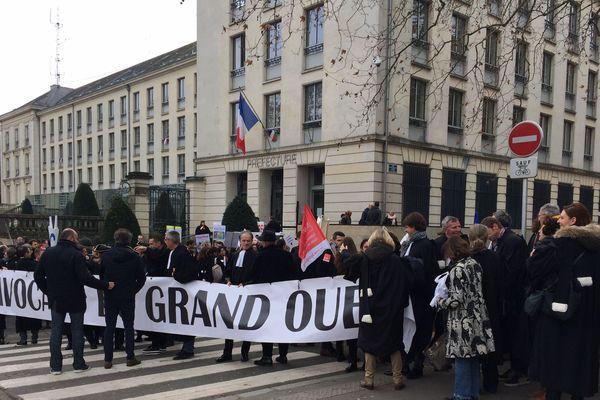 Les avocats du grand ouest rassemblés devant la préfecture de Nantes, le 12 décembre 2018