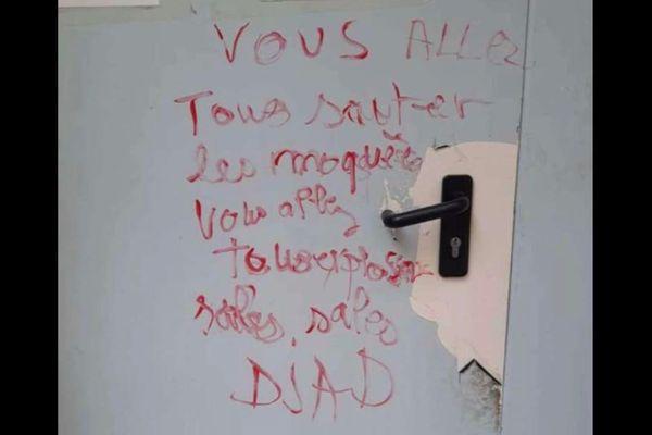 Beaucaire - Les inscriptions sur la porte de la mosquée El-Salam.