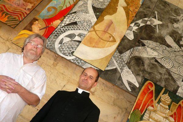 François Peltier, l'artiste peintre, et l'abbé Emeric de Rozières devant la fresque de l'Apocalypse