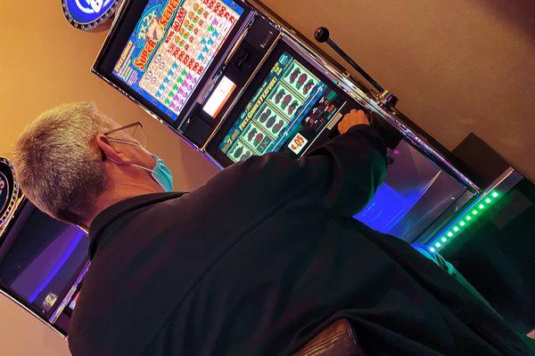 """Christian, 68 ans, """"s'adonne à sa passion"""" au casino de Lille."""