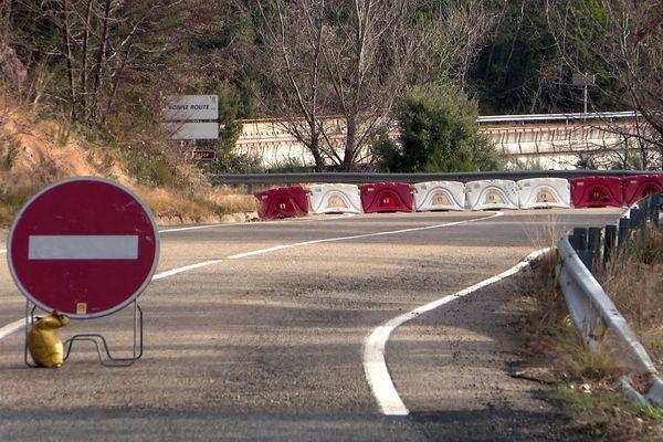 Pyrénées-Orientales - entre le Vallespir et l'Alt Emporda, le pont au-dessus du Riu Major est fermé à toute circulation même piétonne - janvier 2021.