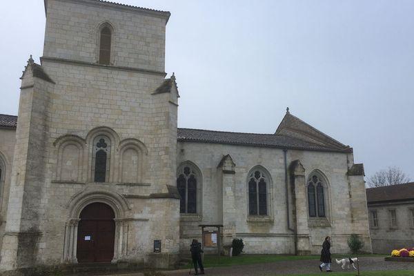 A l'intérieur de l'église, la croix du Christ a été renversée.