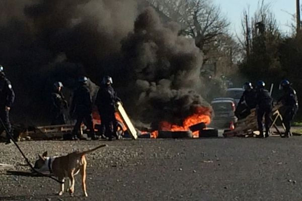 Jeudi 20 décembre, des Gilets jaunes sont évacués d'un rond point de Cesson-Sévigné, à l'est de Rennes