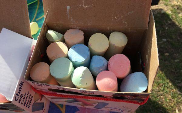 Mr Colors donne un paquet de craies à chaque enfant.
