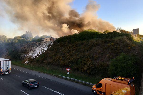 Le feu s'est déclaré dans une caravane d'un camp de Roms en lisière du périphérique à Bouguenais en Loire-Atlantique