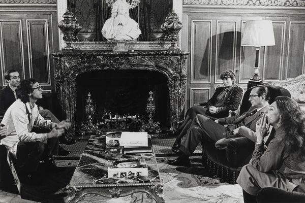 Christo et Jeanne-Claude sont reçus, avec Johannes Schaub, par Jacques Chirac et Françoise de Panafieu, adjointe au Maire de Paris, à l'Hôtel de Ville, le 21 février 1982. Au cours de ce rendez-vous filmé par les frères Maysles, Jacques Chirac, favorable au projet, précise qu'il n'accordera formellement son autorisation qu'après les prochaines élections, prévues au printemps 1983.