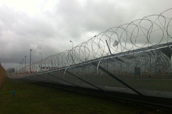 La nouvelle barrière anti-migrants du port de Calais s'est affaissée sous la force des fortes rafales de vent