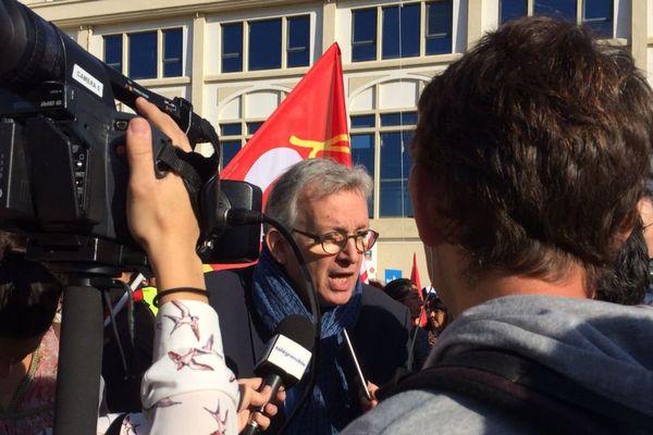 Le leader du PCF, Pierre Laurent, est arrivé vers 10 heures sur le site General Electric de Grenoble pour manifester avec les salariés.