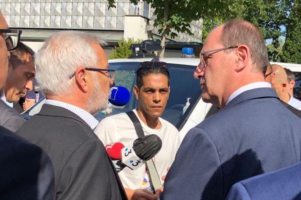 Le Premier ministre Jean Castex et le maire de Dijon François Rebsamen discutent avec des habitants des Grésilles vendredi 10 juillet 2020.