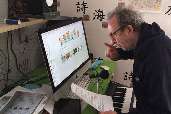 François Gibert enregistre la voix de tous les personnages de l'histoire