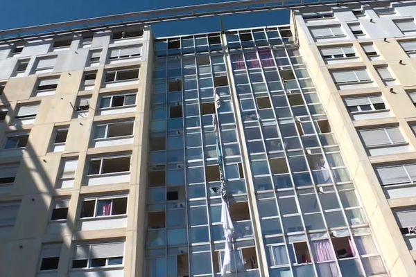 C'est dans cet immeuble d'une dizaine d'étages que l'incendie s'est déclaré peu après 5 heures, faisant trois morts.