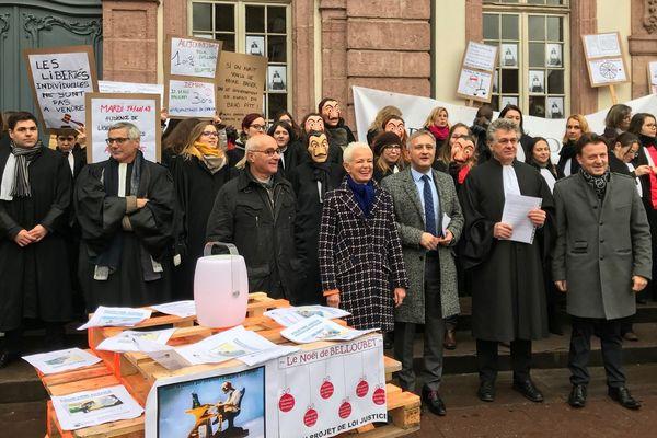 Les avocates et avocats du barreau de Colmar sont en grève pour deux jours et ont reçu le soutien d'élu(e)s du Haut-Rhin, notamment la présidente du département Brigitte Klinkert (DVD).