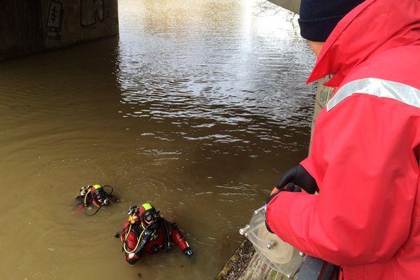 Les pompiers plongeurs mobilisés pour retrouver le véhicule dans la Vilaine