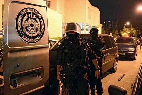 La police a interpellé une dizaine de personnes ce mardi dans le cadre de l'enquête sur le meurtre à l'arme blanche de deux jeunes à la Villeneuve, banlieue de Grenoble.