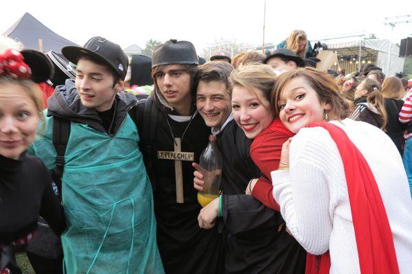 réunis autour de la croix