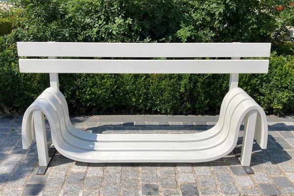 """Banc qui semble avoir fondu au soleil - """"Modifed Social Bench #7 et E"""" - Acier galvanisé peint par poudrage - Collection Frac Normandie, réalisé par Jeppe Hein en 2005."""
