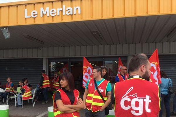 Les salariés devant le Carrefour Market du Merlan à Marseille.