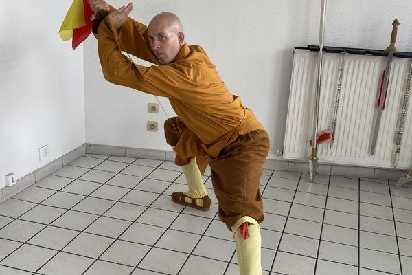 Mikael Renaut, Troyen, dans son centre de soins à Sainte-Savine, est le premier occidental à avoir été ordonné moine de Shaolin en 2013.