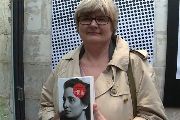 """Une lectrice venue se faire photographier avec son livre dans le cadre du projet photographique """"Inside Out"""" du Français JR."""