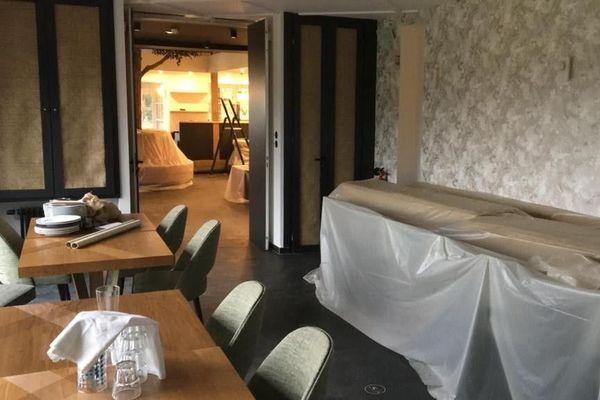 Pour la deuxième fois en quelques mois, l'hôtel-restaurant est fermé. Les bâches ont remplacé les clients.