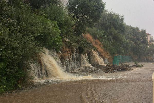 La route qui mène de Ville di Petrabugno à Toga, au-dessus de l'Annonciade, inondée par les flots de pluie