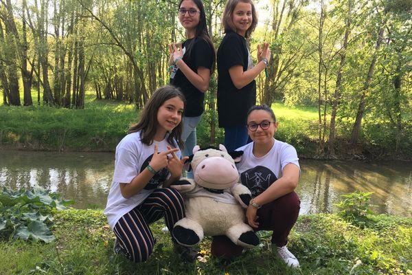 4 élèves du collège Balzac au Printemps de Bourges avec leur mascotte Maguy