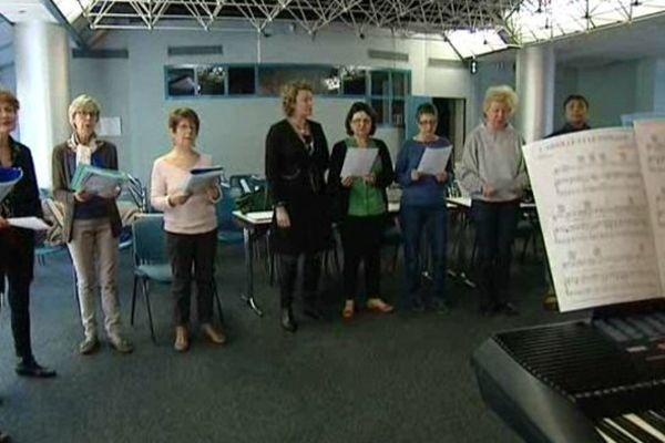 L'art-thérapie c'est aussi cette chorale qui réunit patients et soignants une fois par semaine.