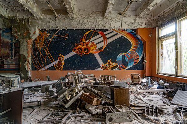 La conquête spatiale, le cosmos, les grandes utopies soviétiques éclatent en couleurs sur les murs. Autour tout est décombre, apocalypse.