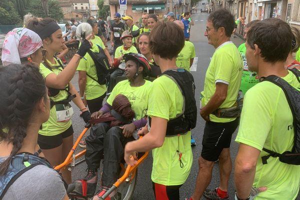 Au départ de l'Ardèche Run, Marie sur sa joëlette est entourée des éducateurs de Béthanie