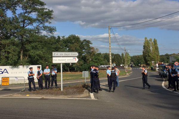De nombreux gendarmes et policiers ont été déployés, mercredi 6 septembre, en fin d'après-midi, devant l'usine PSA de Sept-Fons, où des salariés de GM&S ont décidé de se rendre pour bloquer le site.