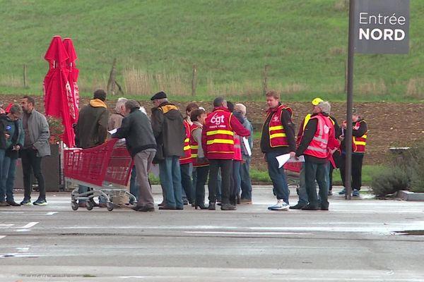 Des employés de l'hypermarché Géant Casino, de Fontaine-lès-Dijon, manifestent contre l'ouverture le dimanche après-midi