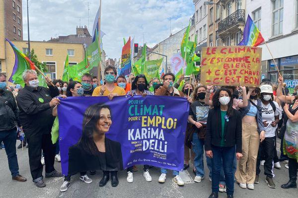 Karima Delli, au premier plan à droite, dans les rues de Lille.