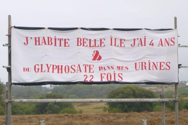 """Un panneau installé à l'entrée de Palais, la principale commune de Belle-Ile-en-Mer, par les """"pisseurs involontaires de glyphosate"""", le 8 août 2019"""