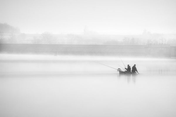 Des pêcheurs sur le lac de Villegusien près de Langres