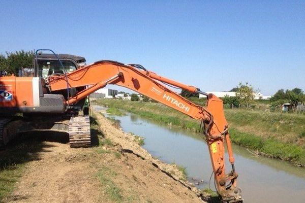 Le chantier a débuté sur la rive gauche du canal du Labourat, à Pont-Sainte-Marie.