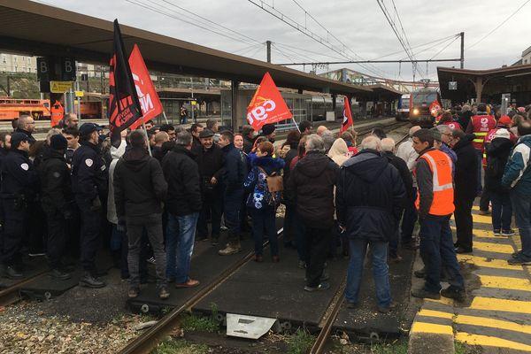 Des manifestants ont bloqué le passage des trains en gare de Vierzon mardi 14 janvier 2020