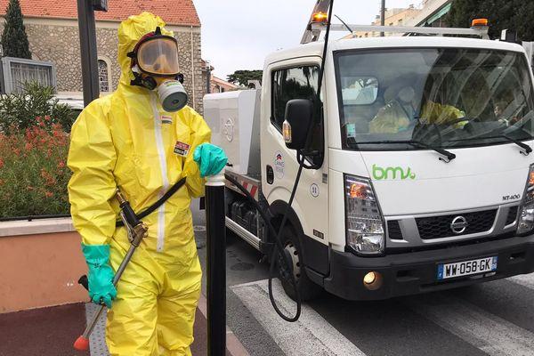 Les agents de la propreté portent des protections intégrales
