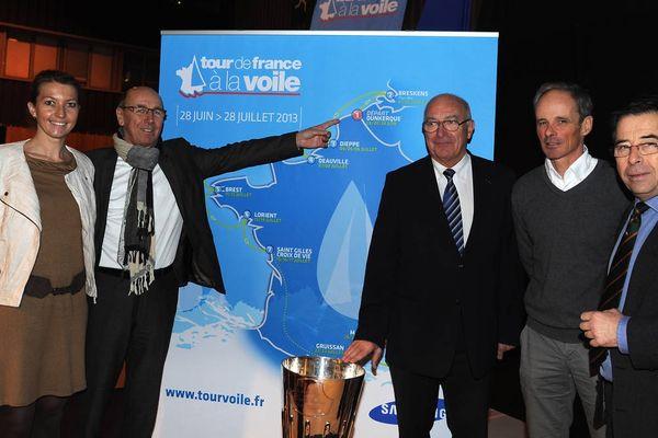 La délégation de la ville de Dunkerque devant la carte du Tour de France à la voile 2013.