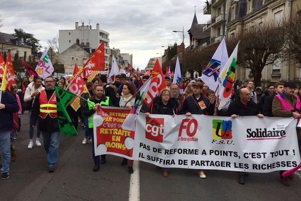 A Nevers, les manifestants ont descendu l'avenue Colbert pour terminer leur rassemblement devant la préfecture.